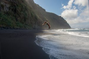 Visit La Palma: Échate … sobre la arena negra en La Palma